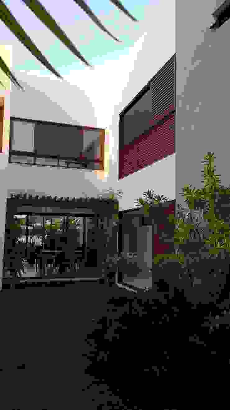 Casas de estilo tropical de Tânia Póvoa Arquitetura e Decoração Tropical