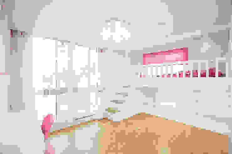 Habitaciones para niños de estilo moderno de 퍼스트애비뉴 Moderno