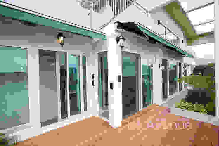 Balcones y terrazas de estilo moderno de 퍼스트애비뉴 Moderno