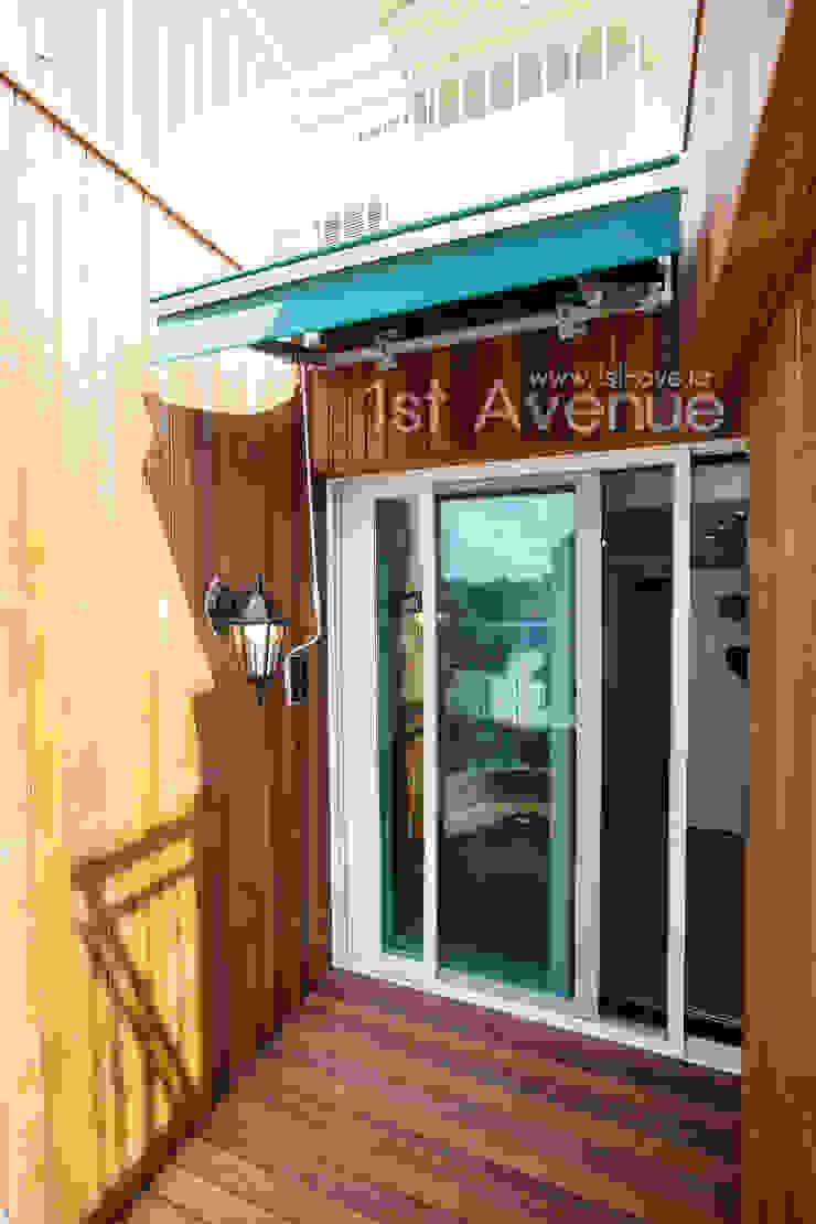 Balcon, Veranda & Terrasse modernes par 퍼스트애비뉴 Moderne