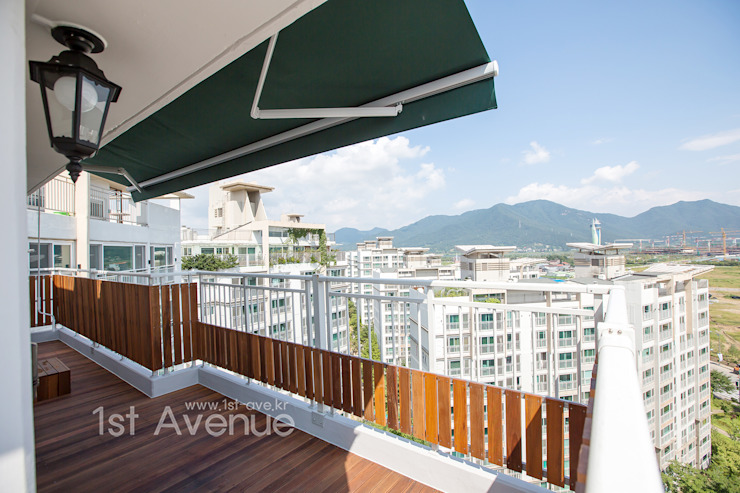Balkon, Beranda & Teras Modern Oleh 퍼스트애비뉴 Modern
