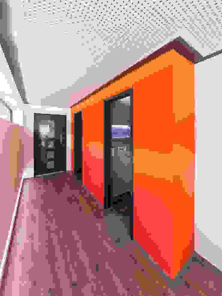 Pasillos, vestíbulos y escaleras modernos de Helwig Haus und Raum Planungs GmbH Moderno