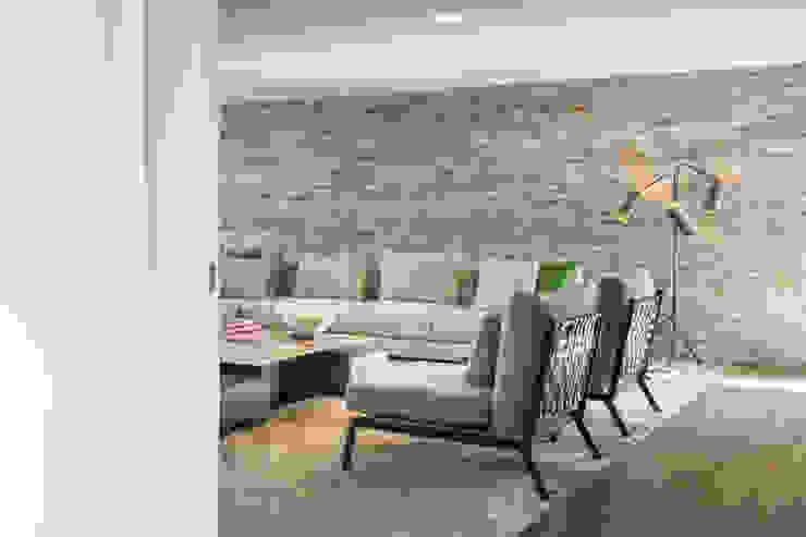 sala de estar por CASA MARQUES INTERIORES Moderno Ferro/Aço