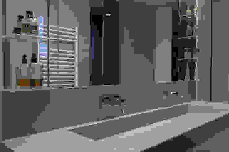 Baños de estilo moderno de Teresa Casas Disseny d'Interiors Moderno