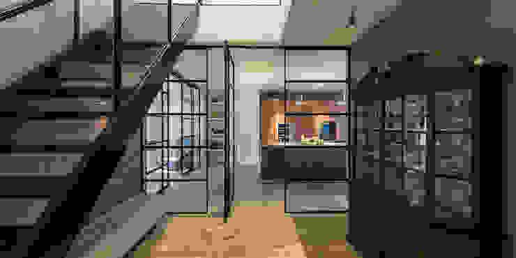 RENOVATIE APPARTEMENT AMSTERDAM Klassieke gangen, hallen & trappenhuizen van DENOLDERVLEUGELS Architects & Associates Klassiek