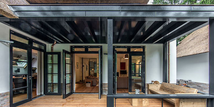 LANDELIJKE RIETGEDEKTE VILLA NAARDEN Landelijke balkons, veranda's en terrassen van DENOLDERVLEUGELS Architects & Associates Landelijk