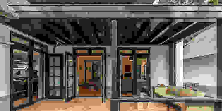 Patios & Decks by DENOLDERVLEUGELS Architects & Associates