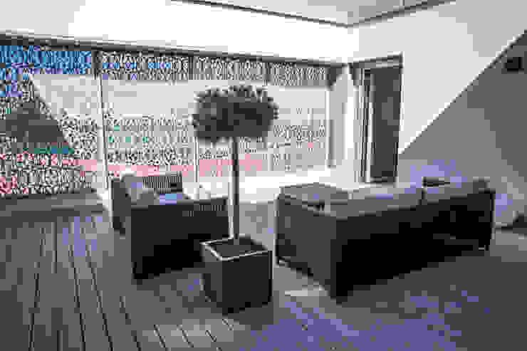 """Hôtel """"The Passage"""" Bâle - Suites exclusives avec terrasses privées Balcon, Veranda & Terrasse modernes par TimberTech Moderne Bois composite"""
