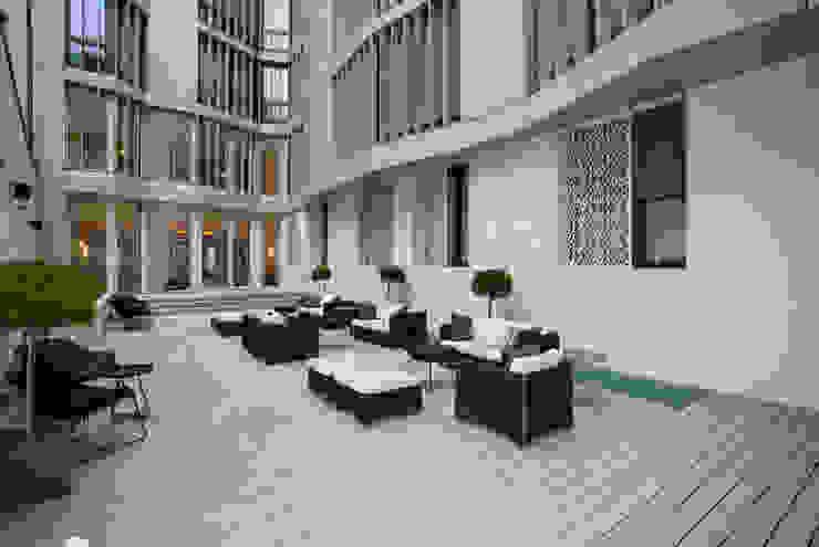 """Hôtel """"The Passage"""" Bâle - Terrasse extérieure Balcon, Veranda & Terrasse modernes par TimberTech Moderne Bois composite"""