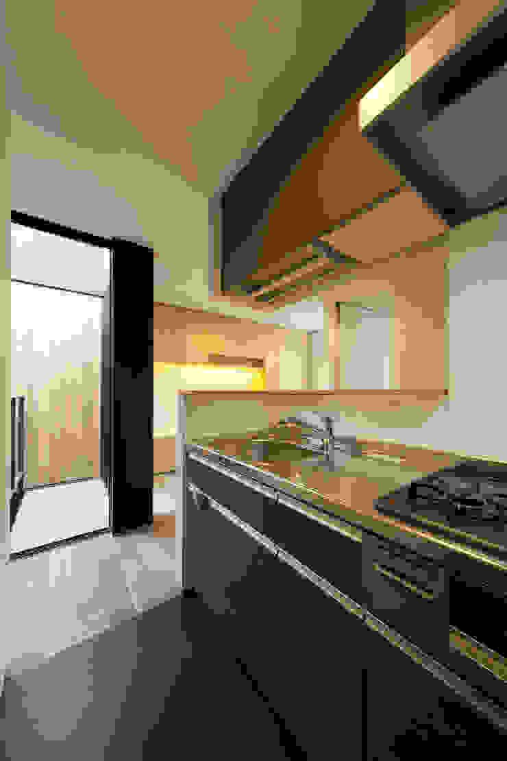 Modern kitchen by アトリエハコ建築設計事務所/atelier HAKO architects Modern