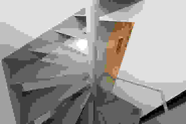 Modern Corridor, Hallway and Staircase by アトリエハコ建築設計事務所/atelier HAKO architects Modern