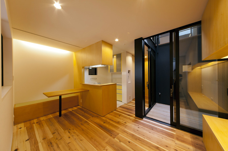 Modern living room by アトリエハコ建築設計事務所/atelier HAKO architects Modern
