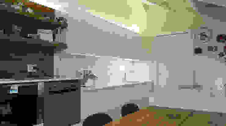 Cucina finitura Bianco laccato Lucido di Key Sbabo Cucine Cucina moderna di Formarredo Due design 1967 Moderno