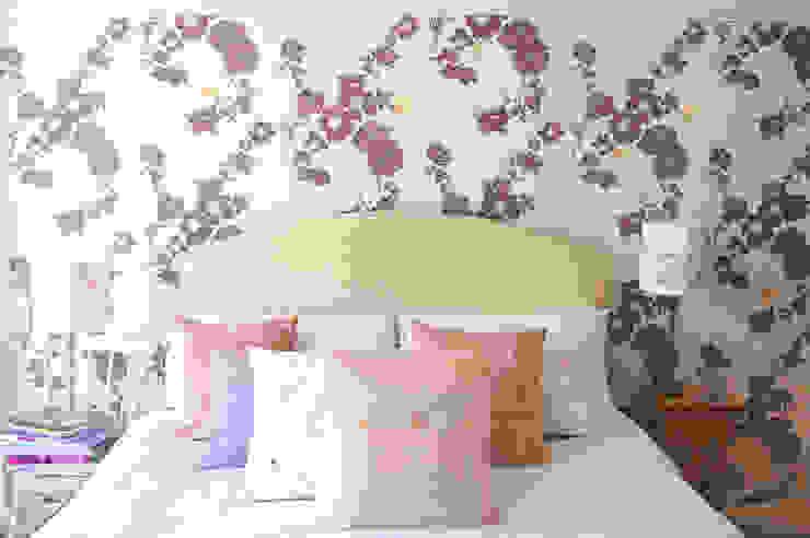 Geo Fleur Bedroom Wallpaper Klassische Wände & Böden von Laura Felicity Design Klassisch