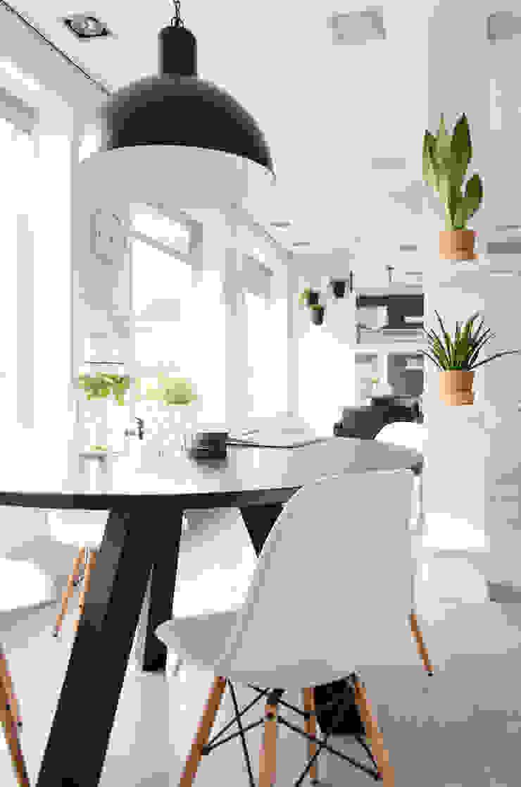 โดย Mignon van de Bunt Interieurontwerp, Styling & Realisatie สแกนดิเนเวียน