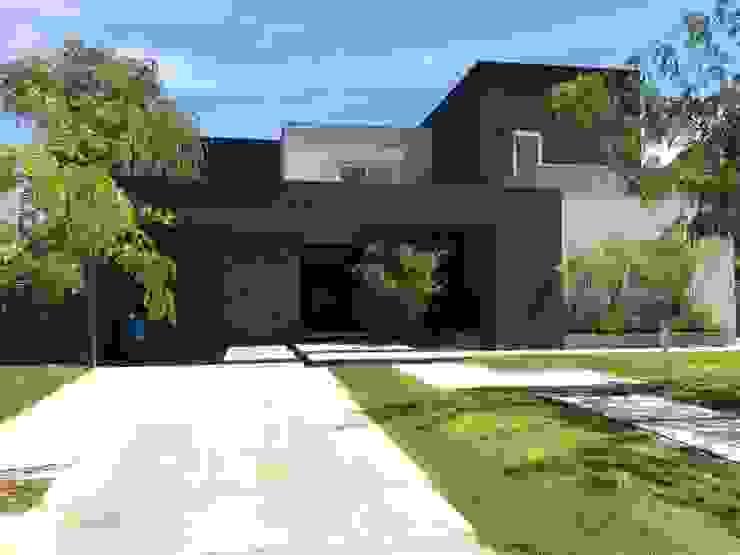 現代房屋設計點子、靈感 & 圖片 根據 MFARQ - Tomas Martinez Frugoni Arq 現代風