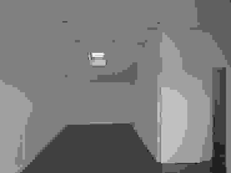 モダンスタイルの寝室 の Arteprumo, LDA モダン レンガ