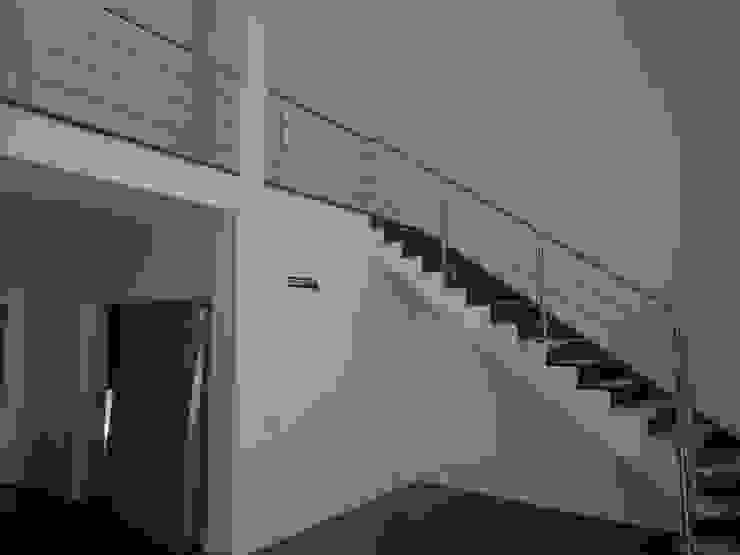 モダンスタイルの 玄関&廊下&階段 の Arteprumo, LDA モダン レンガ