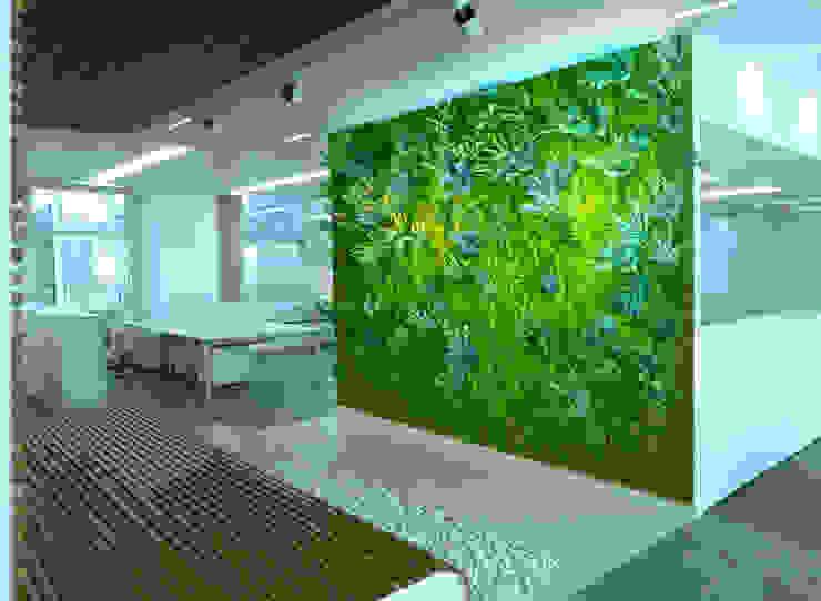 "Barcelona, central del grupo Goretex. 7 Jardines verticales sintéticos ""Muros Frescos"" Comedores de estilo moderno de Muros Frescos Moderno"