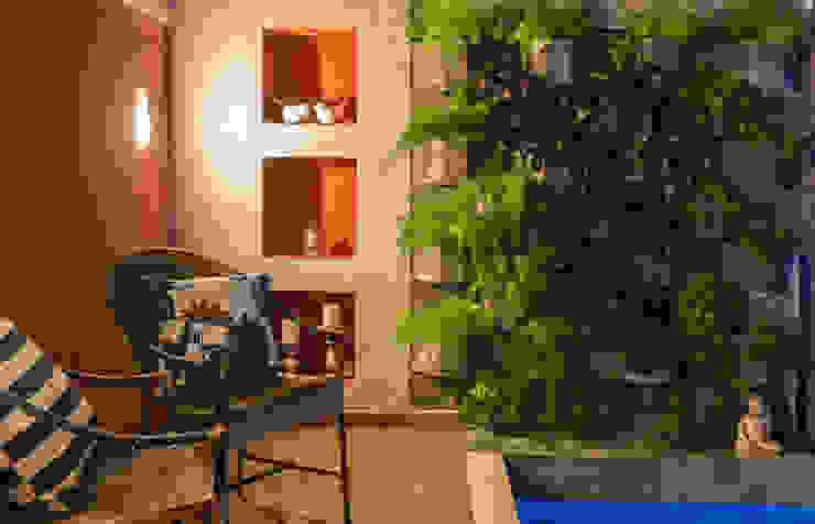 Сад в тропическом стиле от Gisele Ribeiro Arquitetura Тропический Камень