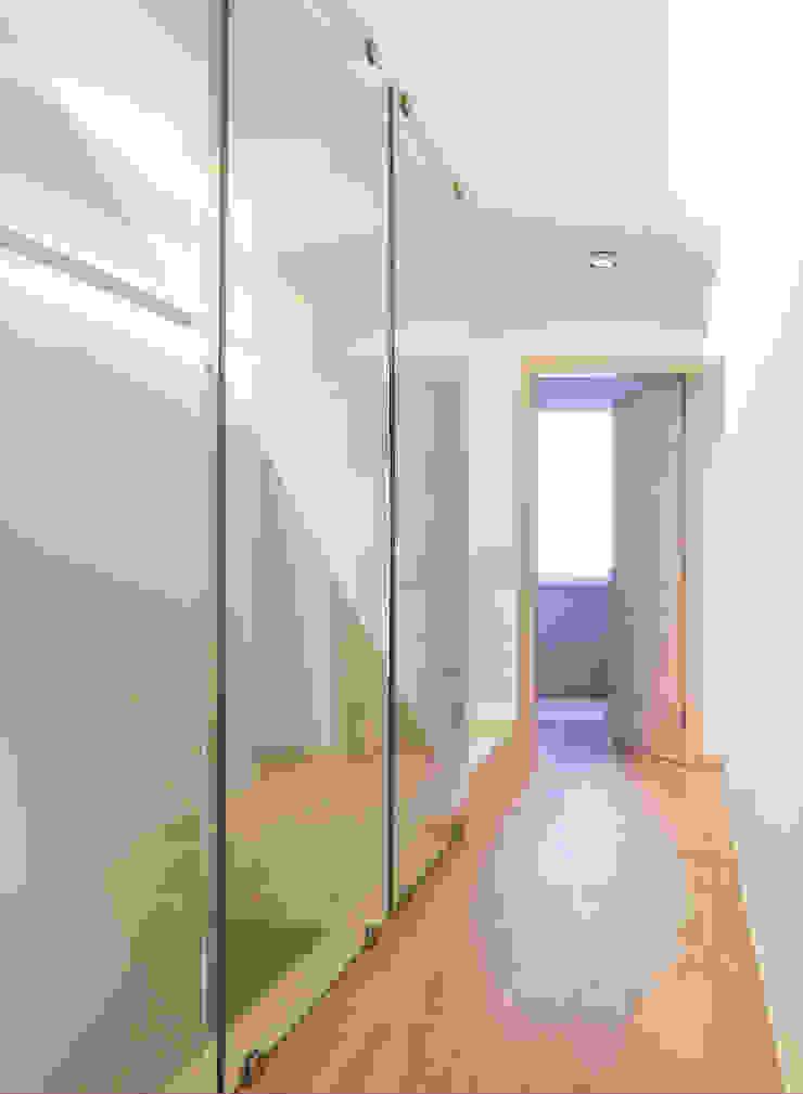 VILLE COLOMBERA – FINITURE ed INTERIOR DESIGN, Contemporaneo/Moderno Ingresso, Corridoio & Scale in stile moderno di 2P COSTRUZIONI srl Moderno