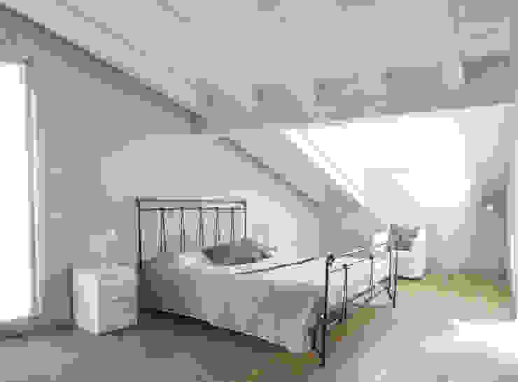 VILLE COLOMBERA – FINITURE ed INTERIOR DESIGN, Contemporaneo/Moderno Camera da letto moderna di 2P COSTRUZIONI srl Moderno