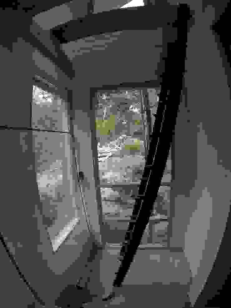 Paso - escalera a altillo Paico Pasillos, vestíbulos y escaleras modernos