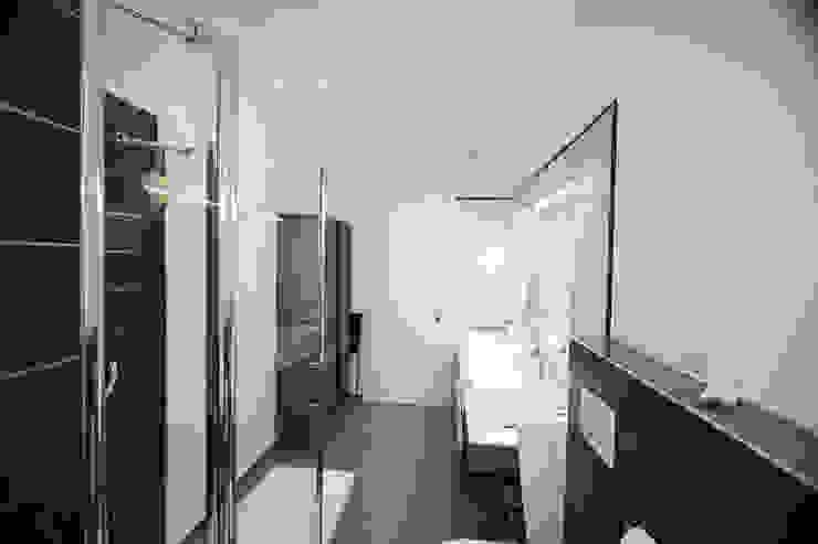 Modern bathroom by Studio HAUS Modern