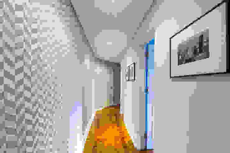 Couloir, entrée, escaliers scandinaves par Espaço Mínimo Scandinave