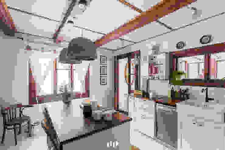 Cocinas de estilo escandinavo de dziurdziaprojekt Escandinavo Madera Acabado en madera