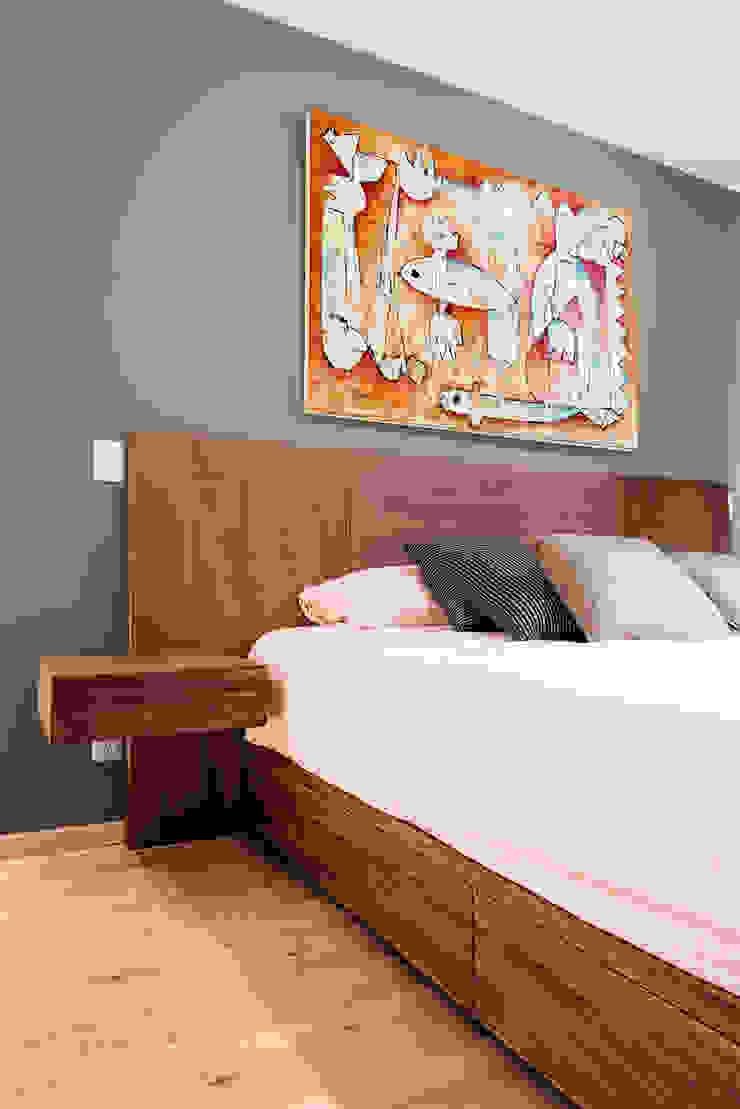 Recamara con arte de Juan Ibarra Dormitorios modernos de Estudio Negro Moderno