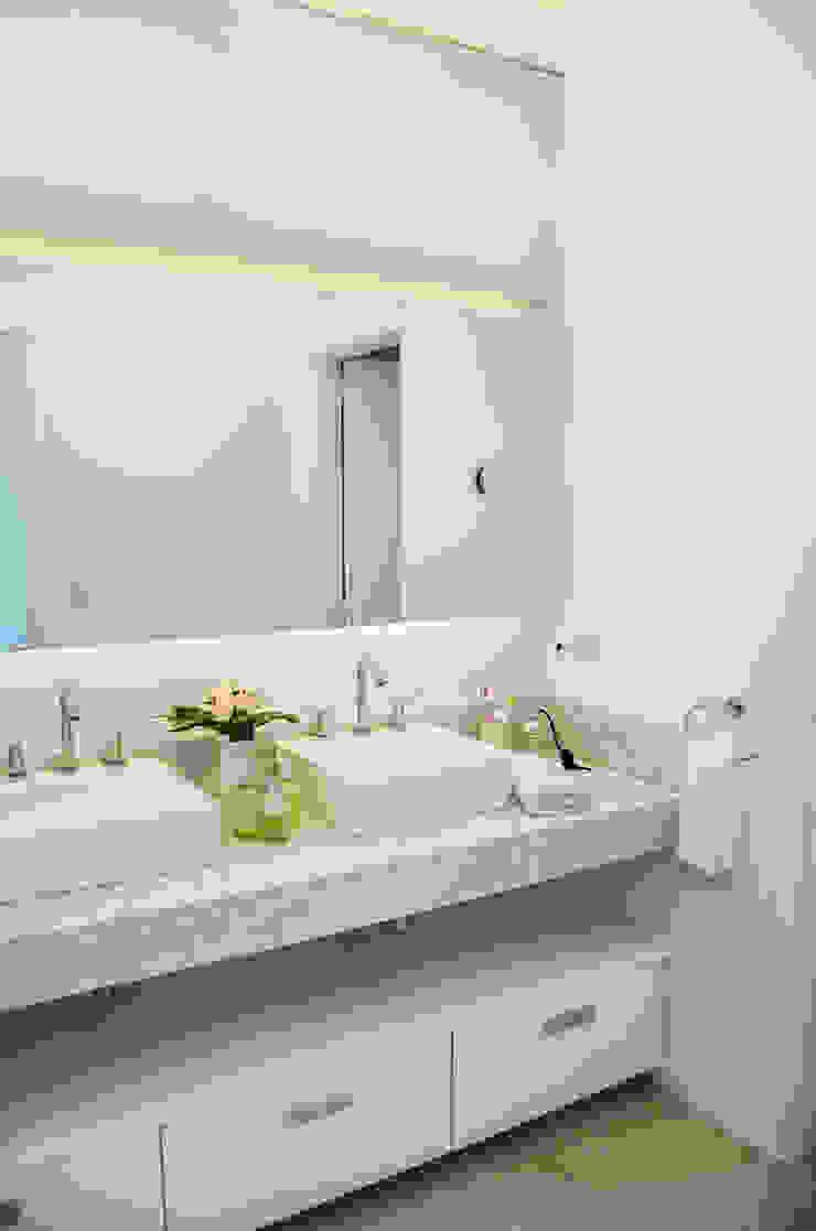 Modern bathroom by Parrado Arquitectura Modern