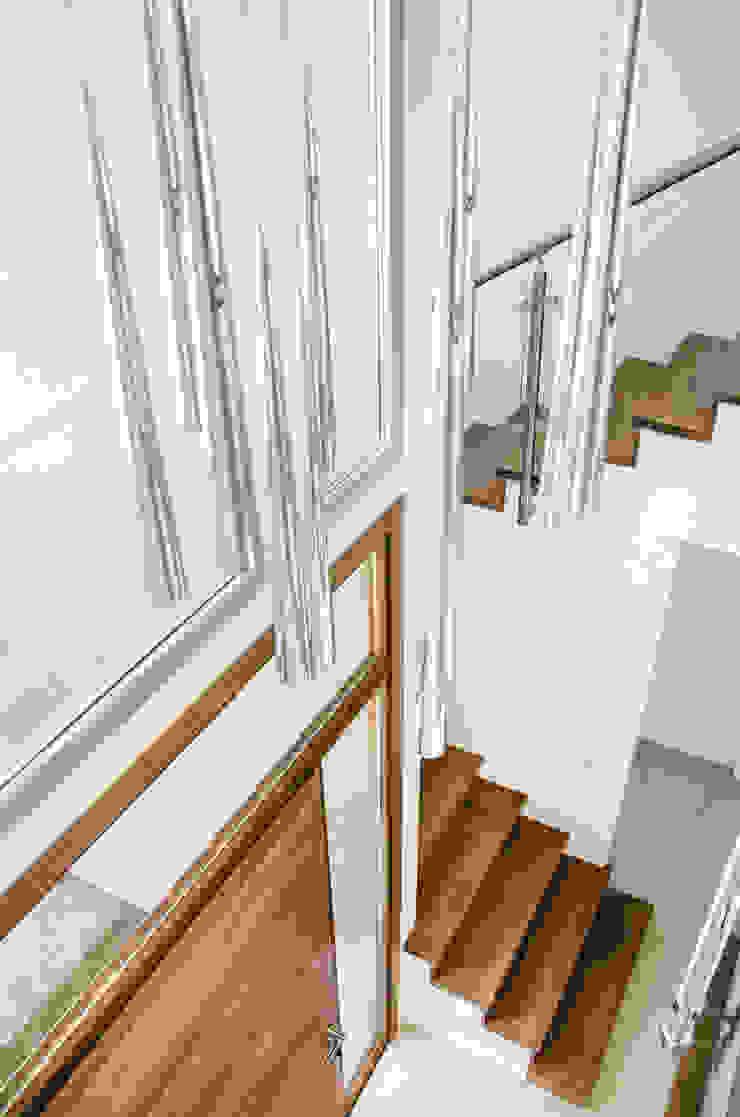 Коридор, прихожая и лестница в модерн стиле от Parrado Arquitectura Модерн