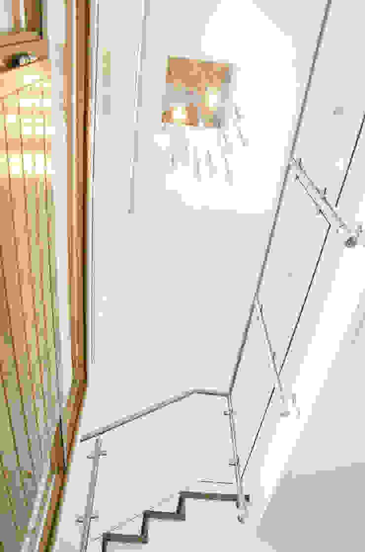 Modern corridor, hallway & stairs by Parrado Arquitectura Modern