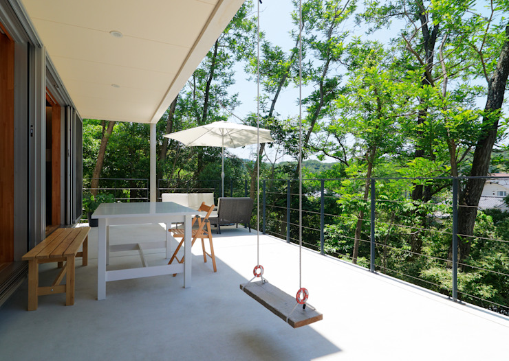 Eclectic style balcony, veranda & terrace by coil松村一輝建設計事務所 Eclectic