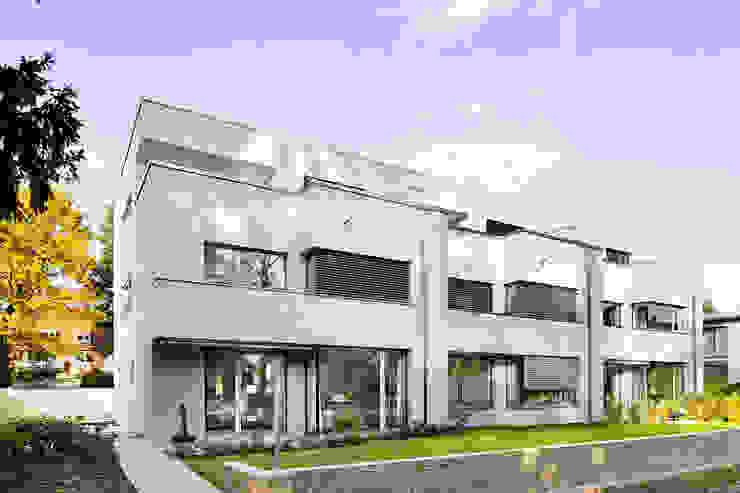 Puertas y ventanas modernas de ewaa Moderno