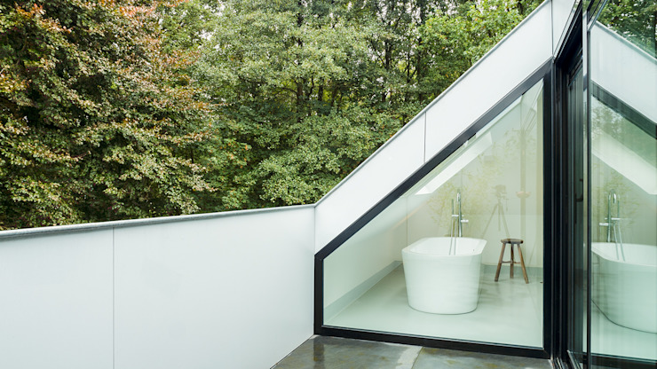 Verbouwing zolder tot luxe slaapkamer met open badkamer, studie en loggia met zicht op het bos Moderne balkons, veranda's en terrassen van Joep van Os Architectenbureau Modern