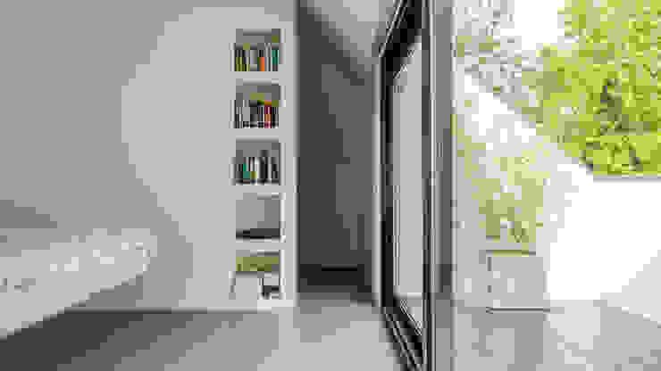Verbouwing zolder tot luxe slaapkamer met open badkamer, studie en loggia met zicht op het bos Moderne slaapkamers van Joep van Os Architectenbureau Modern