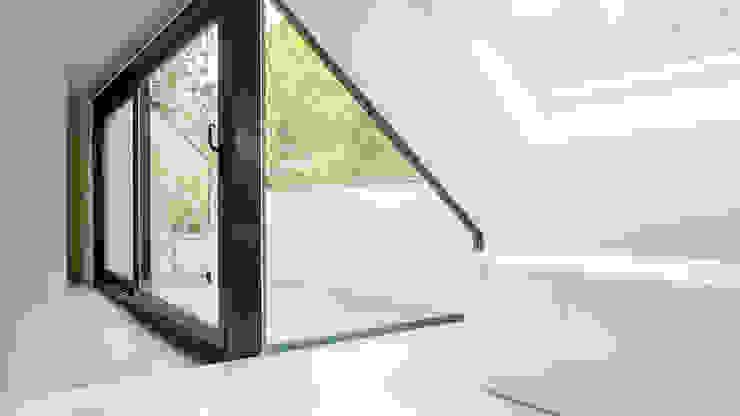 Verbouwing zolder tot luxe slaapkamer met open badkamer, studie en loggia met zicht op het bos Moderne badkamers van Joep van Os Architectenbureau Modern