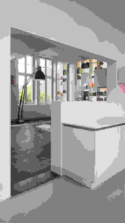 Interieur woning in school met XXL kast met taatsdeur, studie en nieuwe keuken Moderne keukens van Joep van Os Architectenbureau Modern