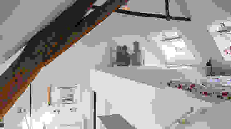 Herindeling woonboerderij met behoud van oude spanten, luxe woonkeuken en open slaapkamer met badkamer in zolder:  Slaapkamer door Joep van Os Architectenbureau