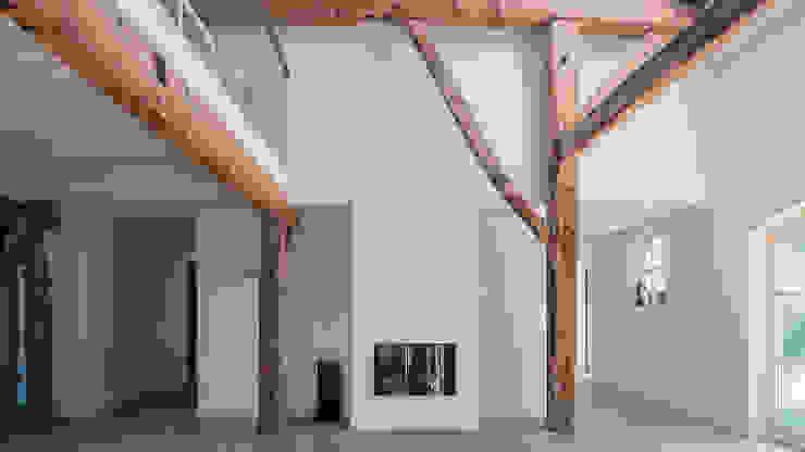 Herindeling woonboerderij met behoud van oude spanten, luxe woonkeuken en open slaapkamer met badkamer in zolder Moderne woonkamers van Joep van Os Architectenbureau Modern