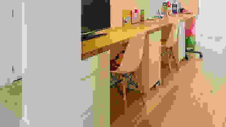 Herindeling woonboerderij met behoud van oude spanten, luxe woonkeuken en open slaapkamer met badkamer in zolder Moderne studeerkamer van Joep van Os Architectenbureau Modern