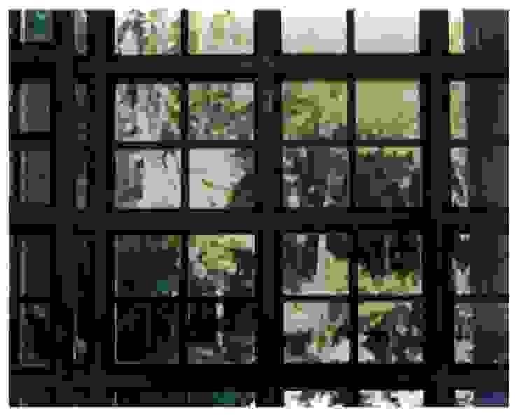 Detalle vidriera Paredes y pisos de estilo industrial de R+P Industrial