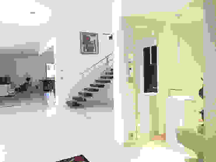 Corridor, hallway by homify, Modern Ceramic