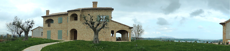 vista panoramica dell'esterno con il suo ampio giardino Case in stile rustico di Nadia Moretti Rustico