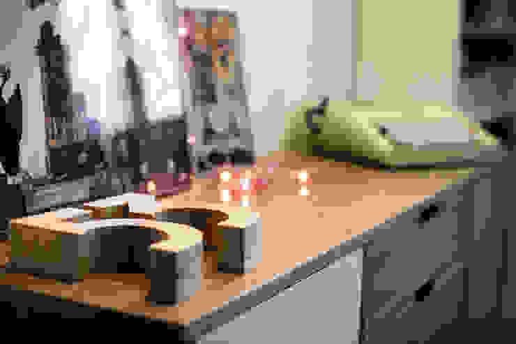 Aparador Oficinas y tiendas de estilo ecléctico de La Proyectual Ecléctico Madera Acabado en madera