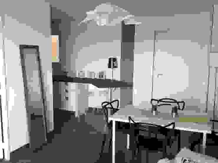 Une mini cuisine! Cucina minimalista di Valentina Farassino Architetto Minimalista Pietra
