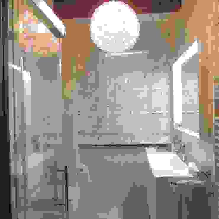 Dettaglio del mobile con lavabo e specchio con cornice Bagno moderno di Nadia Moretti Moderno