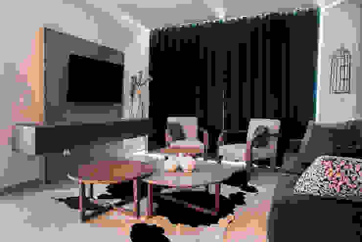 Sala con arte de Juan Ibarra Salones modernos de Estudio Negro Moderno Madera Acabado en madera